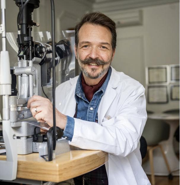 Augenarzt Dr. med. Pascal Imesch am Arbeitsplatz